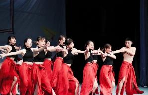 优秀学员姚雨晴作为编舞与舞者的群体舞